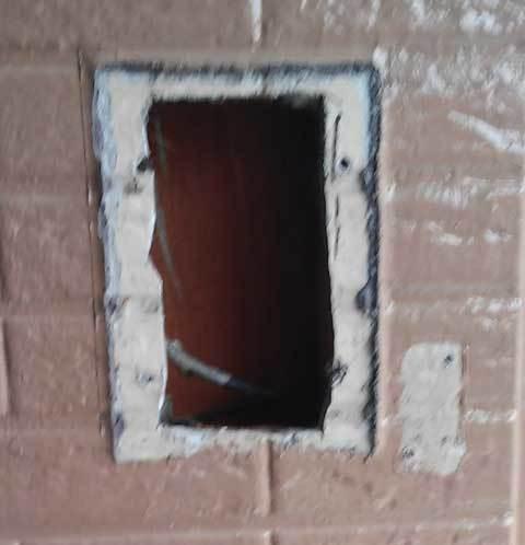 古いドアホンを外した穴
