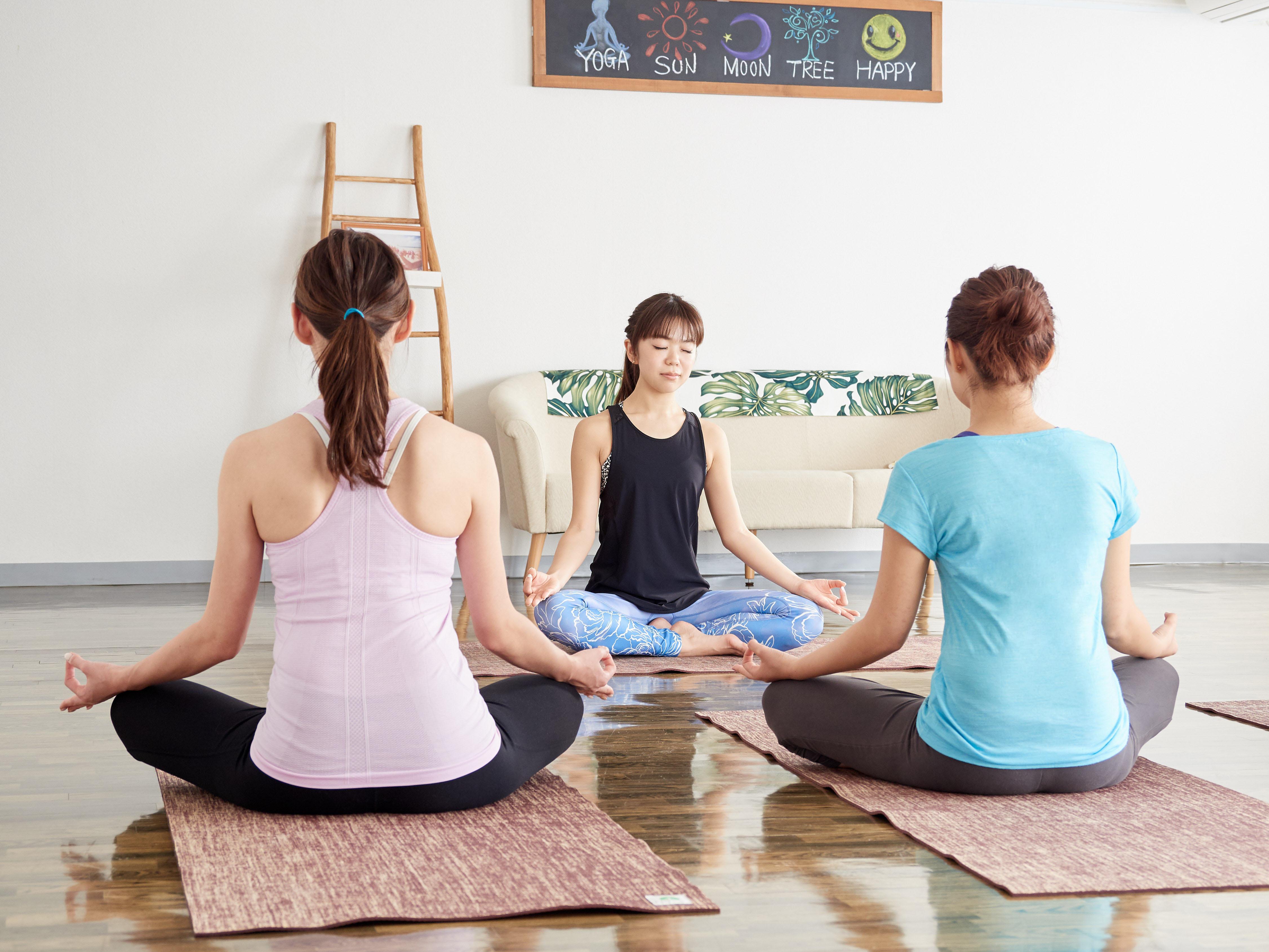 瞑想・ヨガ教室風景