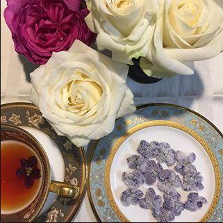 シシィの好きだったスミレの砂糖漬け、茶に浮かべて飲みたい