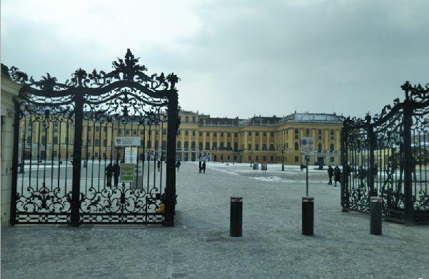 雪降るシェーンブルン宮殿