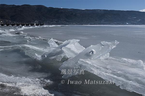 跳ね上がった氷