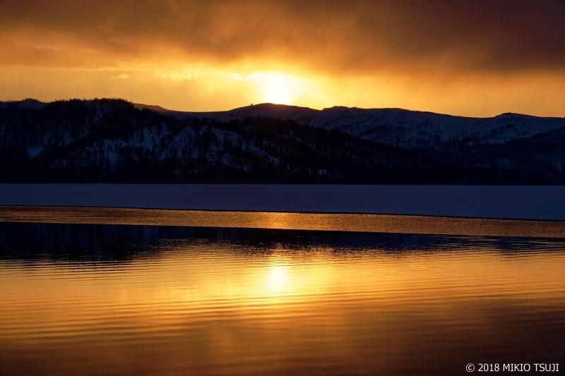 絶景探しの旅 - 0537 輝く金の帯と燃える日没の屈斜路湖 (北海道 弟子屈町)