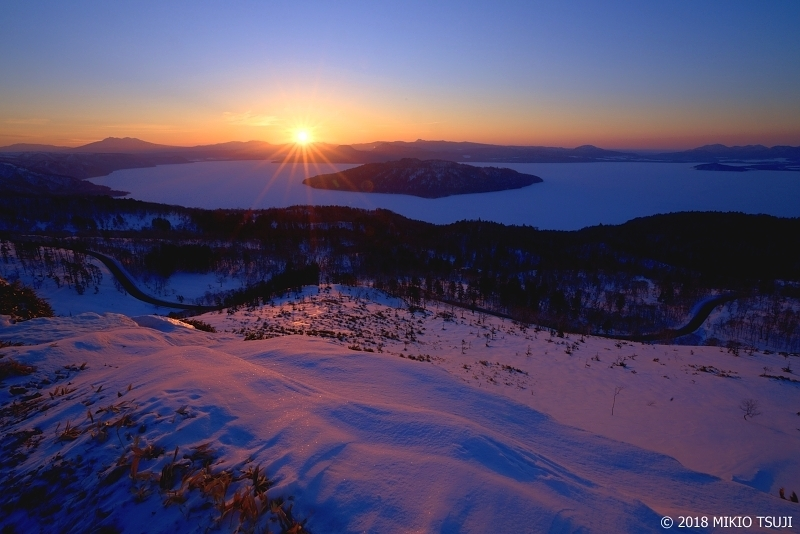 絶景探しの旅 - 0539 美幌峠の夜明け 雪に覆われた屈斜路湖 (北海道 美幌町)